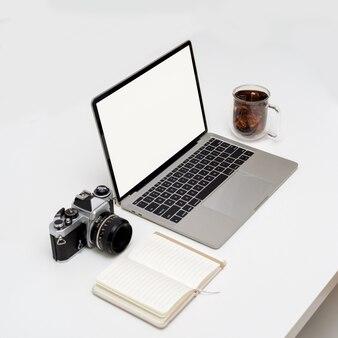 Photo recadrée de l'écran d'ordinateur portable sur la table avec ordinateur portable ouvert