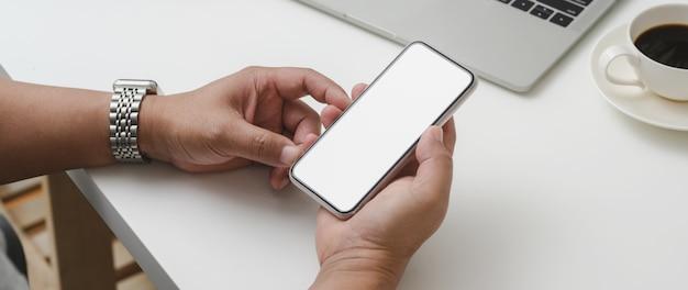 Photo recadrée d'un entrepreneur masculin tenant un smartphone