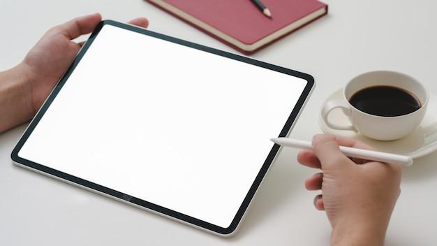 Photo recadrée d'un entrepreneur masculin travaillant sur une tablette numérique avec un stylet