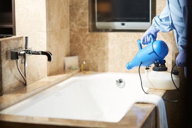 Photo recadrée d'un homme utilisant un désinfectant pour prévenir le risque d'épidémie de coronavirus dans la salle de bain. concept de coronavirus et de quarantaine