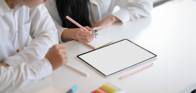Photo recadrée d'un jeune designer travaillant dur travaillant sur leurs concepts avec une maquette de tablette
