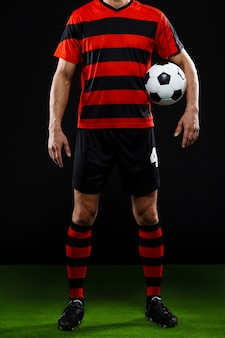 Photo recadrée de joueur de football avec ballon