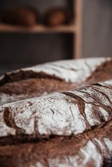 Photo recadrée de pain avec de la farine