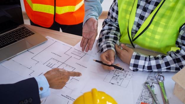 Photo d'une réunion entre l'entrepreneur et le propriétaire du projet de construction. rénover la nouvelle structure du bâtiment