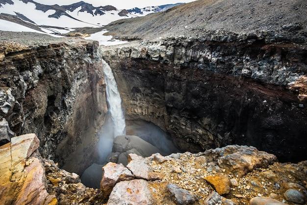 Photo de roches minérales et une belle cascade au kamtchatka, russie