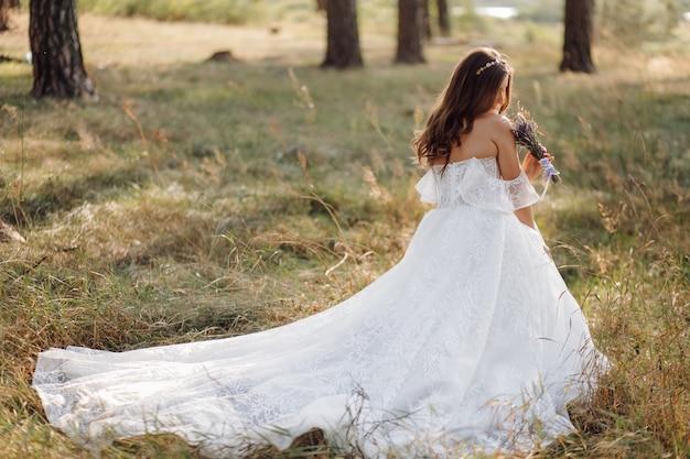 Photo romantique dans la forêt des fées. belle femme