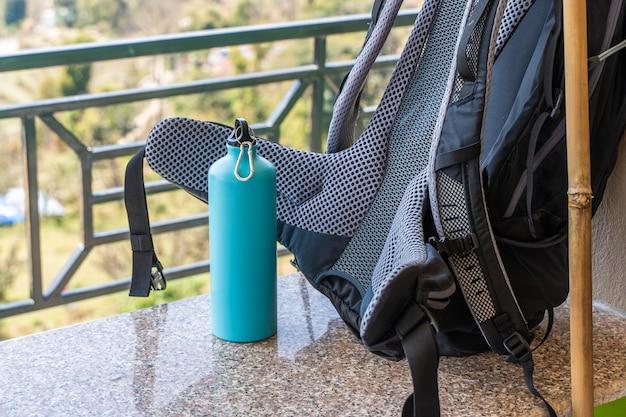 Photo d'un sac à dos de randonnée et d'une bouteille en métal pour l'eau. voyage, randonnée, concept de randonnée. stock photo