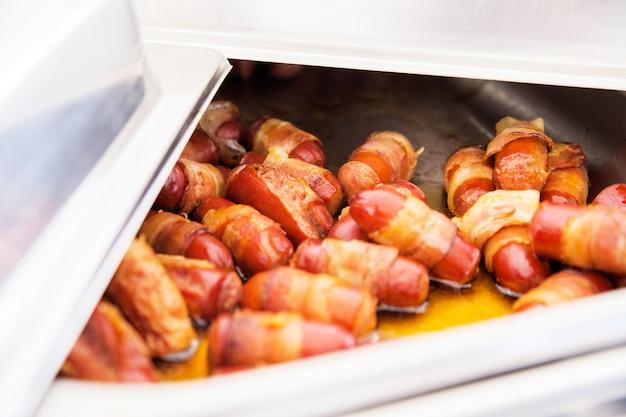 Photo de saucisses frites comme collation à une table de buffet