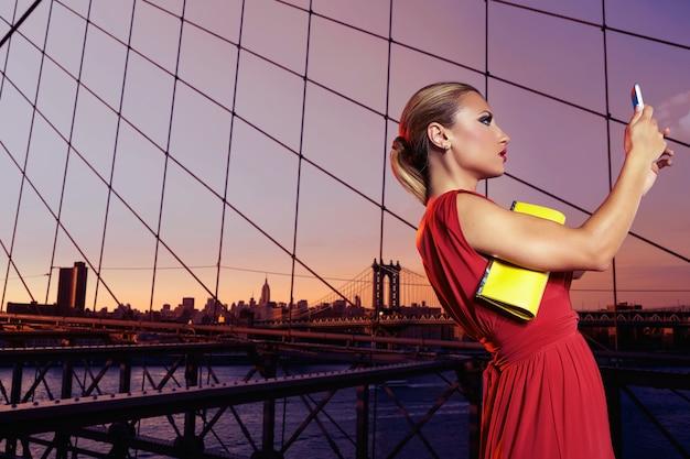 Photo de selfie fille touriste blonde à brooklyn bridge