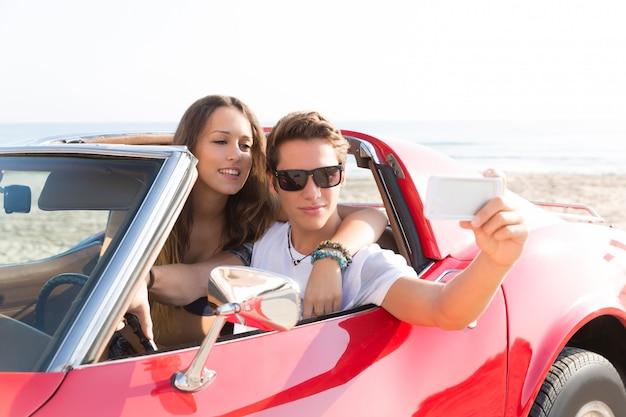 Photo selfie d'un jeune couple adolescent en décapotable