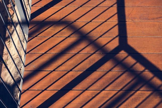 Photo de soleil sur le balcon et reflet de l'ombre sur