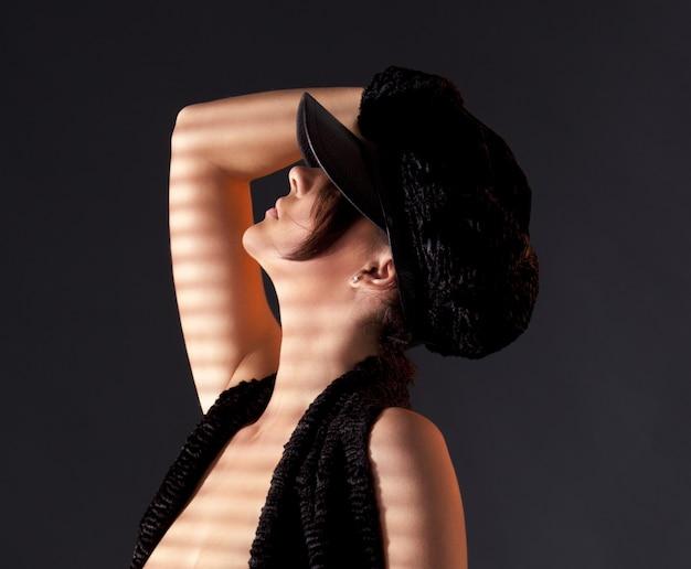 Photo sombre de femme sexy en astrakan noir