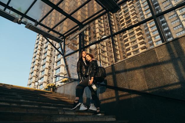 Photo souterraine de la rue de deux copines