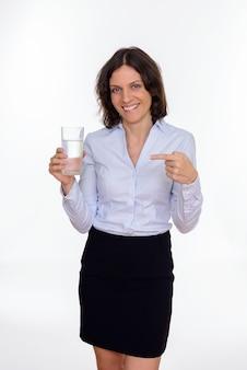 Photo de studio de belle femme d'affaires aux cheveux courts isolé sur fond blanc
