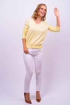 Photo de studio de belle femme d'affaires blonde sur fond blanc