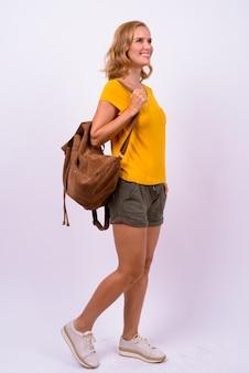 Photo de studio de belle femme touriste blonde sur fond blanc