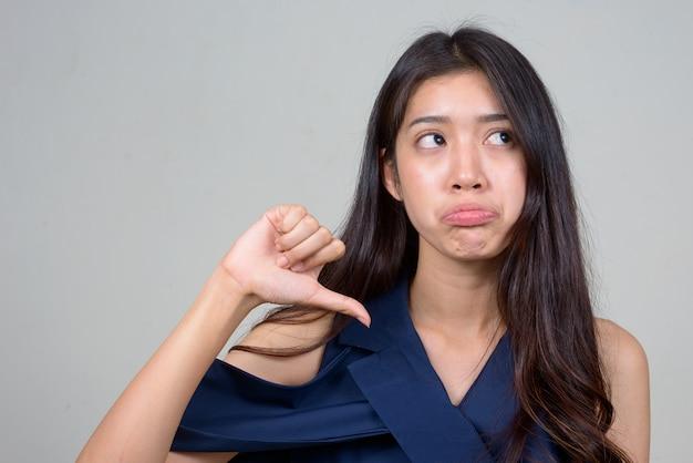 Photo de studio de belle jeune femme d'affaires asiatique sur fond blanc