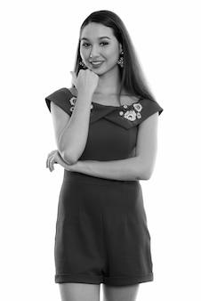 Photo de studio de belle jeune femme asiatique contre le blanc en noir et blanc