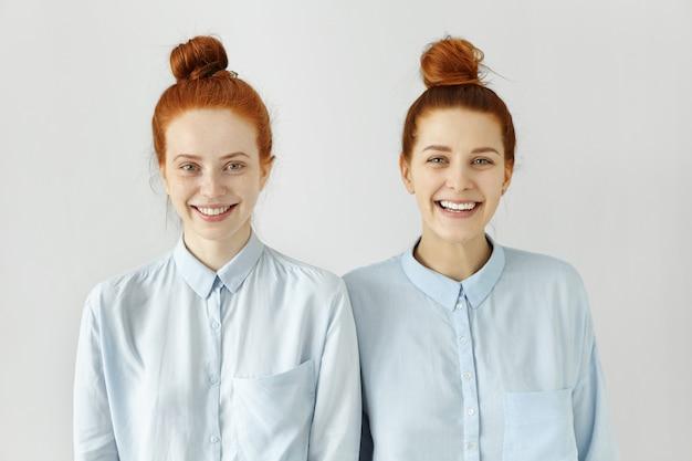 Photo de studio de deux frères et sœurs de race blanche avec les mêmes petits pains au gingembre
