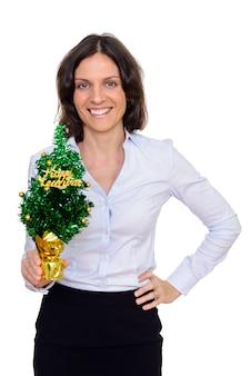 Photo de studio de femme heureuse tenant arbre de bonne année isolé sur fond blanc