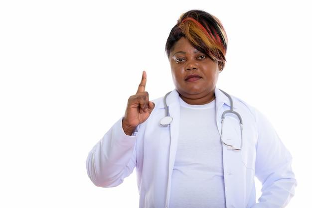 Photo de studio de femme médecin pointant le doigt vers le haut