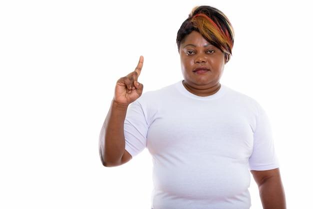 Photo de studio de femme pointant le doigt prêt