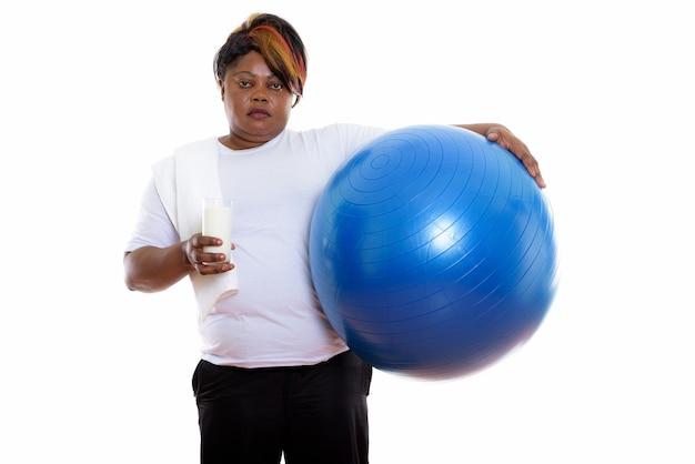 Photo de studio de femme tenant un ballon d'exercice