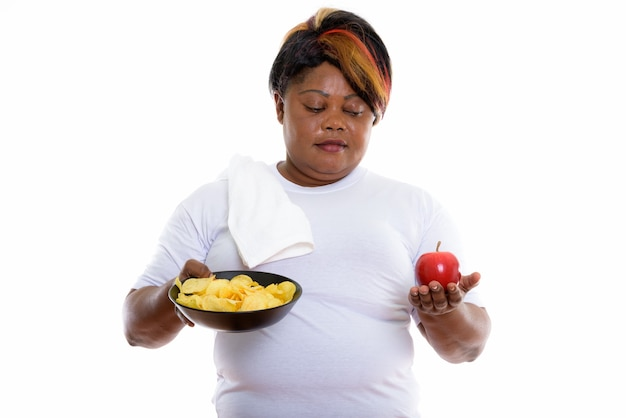 Photo de studio de femme tenant un bol de pommes de terre