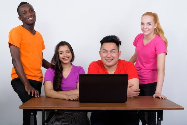 Photo de studio d'heureux groupe diversifié d'amis multiethniques souriant