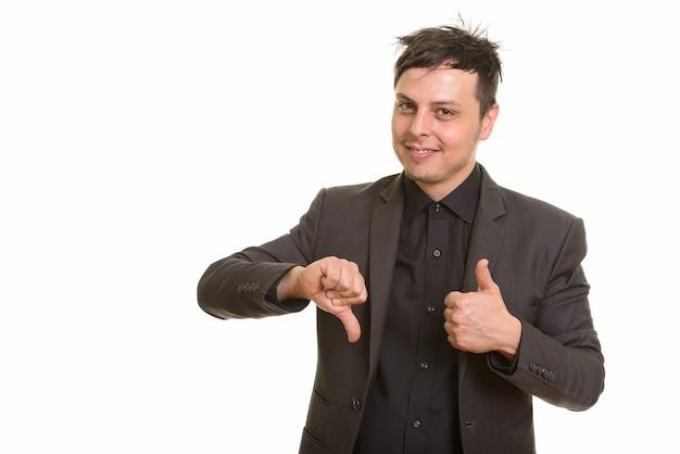 Photo de studio d'heureux homme d'affaires caucasien donnant les pouces vers le haut et