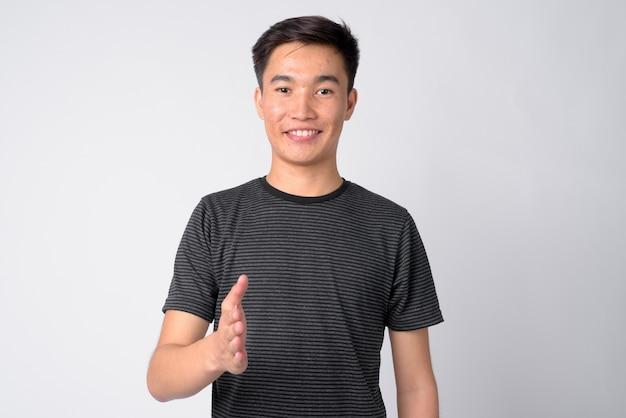Photo de studio de jeune bel homme asiatique sur fond blanc