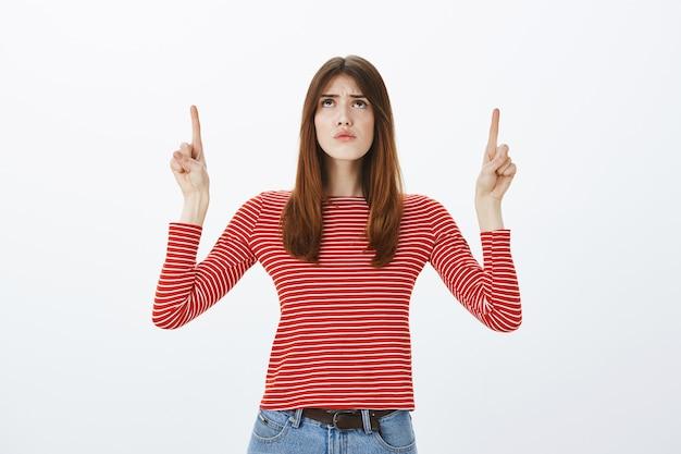 Photo de studio d'une jeune fille brune en tenue décontractée