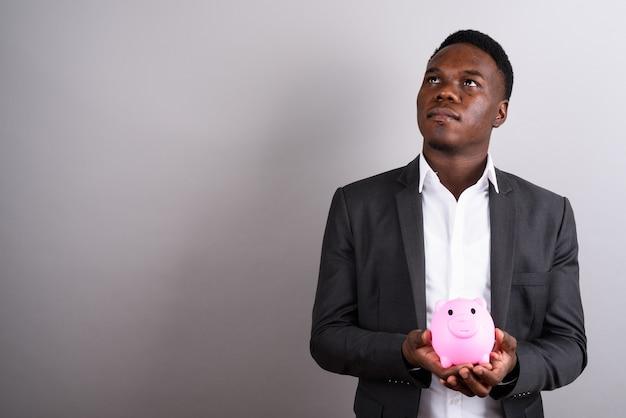 Photo de studio de jeune homme d'affaires africain portant costume sur fond blanc
