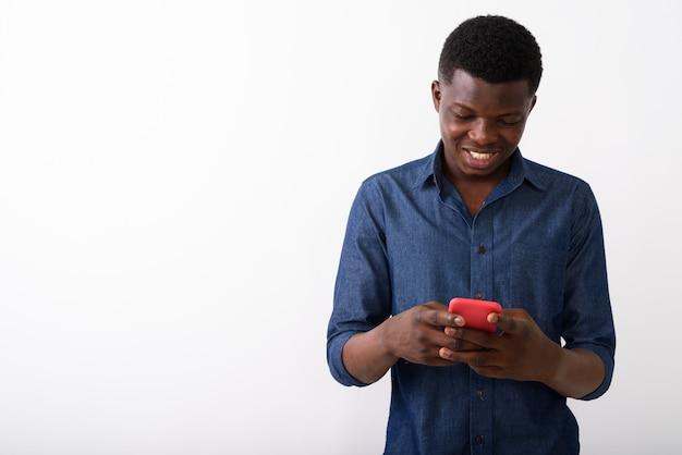 Photo de studio de jeune homme africain noir heureux souriant