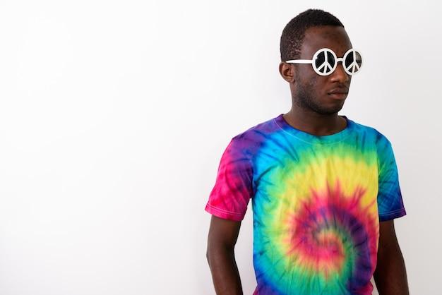 Photo de studio de jeune homme africain noir hippie portant des lunettes de soleil