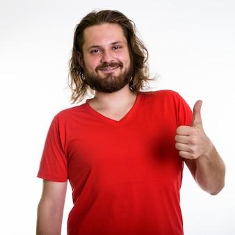 Photo de studio de jeune homme barbu sur fond blanc