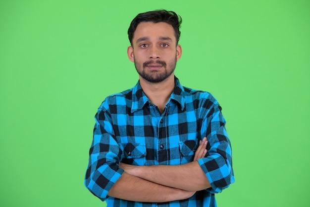 Photo de studio de jeune homme hipster persan barbu beau contre clé chroma avec fond vert