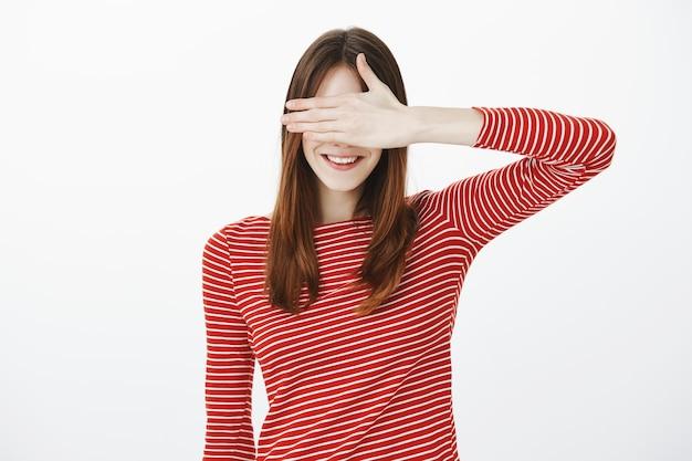 Photo de studio de jolie fille brune