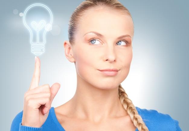 Photo de studio lumineux de belle femme pensive