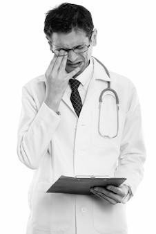 Photo de studio de médecin jeune homme maigre avec des lunettes isolé, noir et blanc