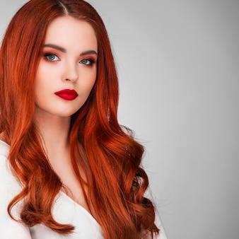 Photo d'une superbe rousse au maquillage éclatant