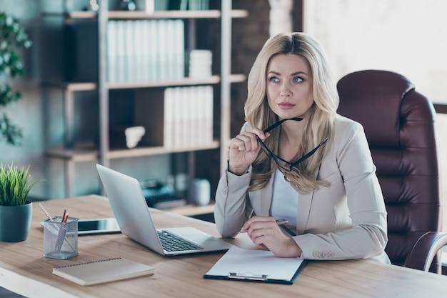 Photo de la table de cahier think business lady décider de signer un contrat
