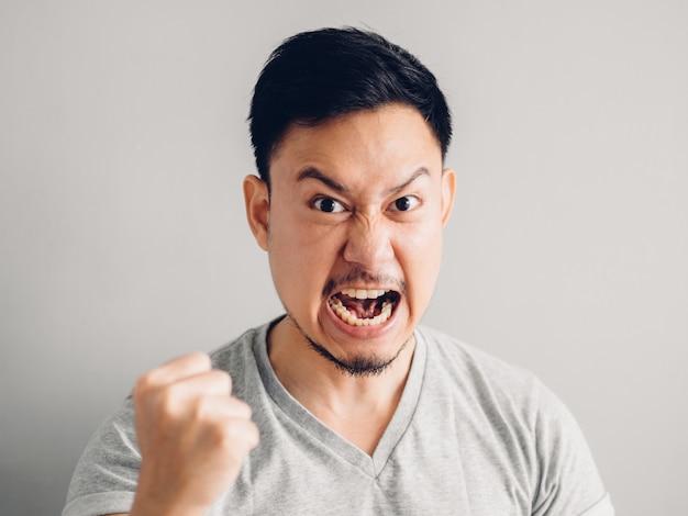 Photo de tête d'un homme asiatique au visage furieux et en colère. sur fond gris