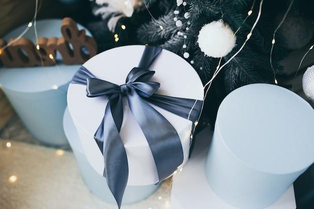 Photo sur le thème de noël. décorations intérieures de vacances d'hiver. noël bleu.
