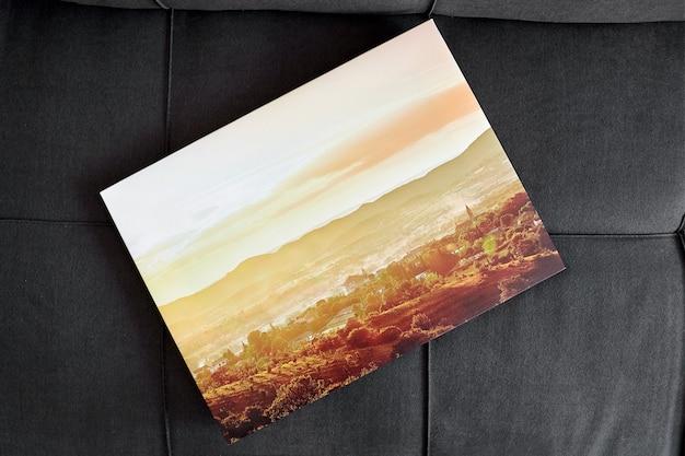 Photo sur toile tendue sur cadre sur vue de dessus de canapé gris