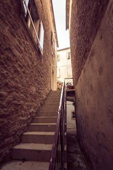 Photo tonique de grand escalier à la vieille rue étroite