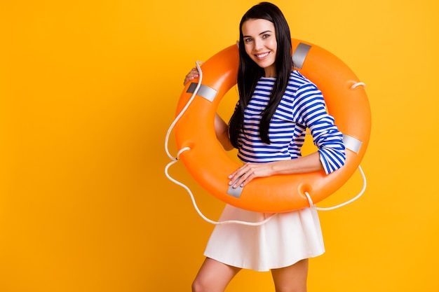 Photo d'une touriste joyeuse et positive profiter de l'eau océan nager le week-end avoir une bouée en caoutchouc de vie porter des vêtements bleus blancs isolés sur un fond de couleur brillant
