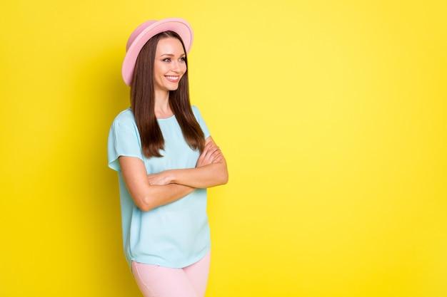 Photo tournée d'une charmante fille croisée les mains regarder copyspace voir repos d'été se détendre publicités porter une tenue de style décontracté isolée sur fond de couleur vive
