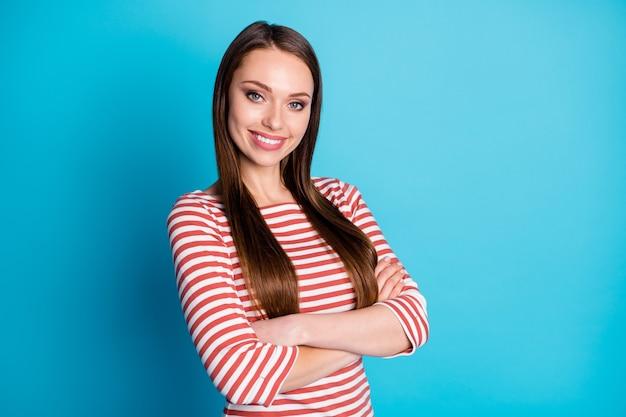 Photo tournée d'une charmante fille positive, les mains croisées apprécient de décider de la décision de travail porter une chemise de style décontracté isolée sur fond de couleur bleu