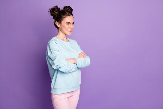 Photo tournée d'une travailleuse optimiste réussie, les mains croisées écoutent le choix de décision de solution de collègues de travail porter une tenue de style moderne isolée sur fond violet